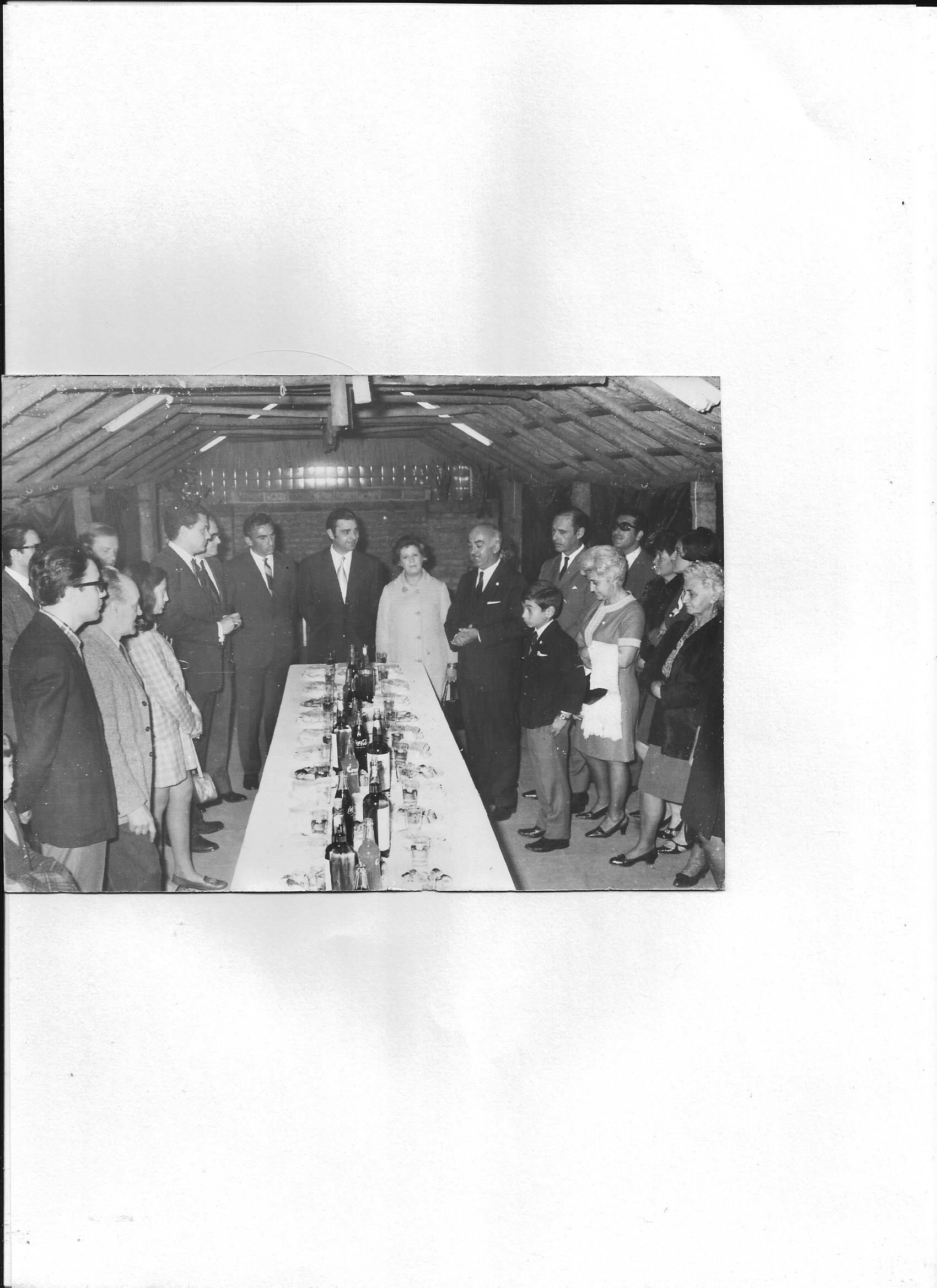 1/11/1969 - acto de entrega de subsidio de m$n 100.000.- por el municipio de  3DF. En la foo: Héctor Rodriguez, Secretario de Bienestar Social, el señor Lucio Mansini Jefe de la Sección Radioaficionados. Roberto Garcia LU1BN presidente del radioclub. Socios e invitados.
