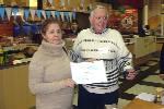 Carlos (LU7EIY) entrega Certificados del Concurso 51º Aniversario a Beatriz (LU2BB) integrante del RC QRM Belgrano. 28/6/2014