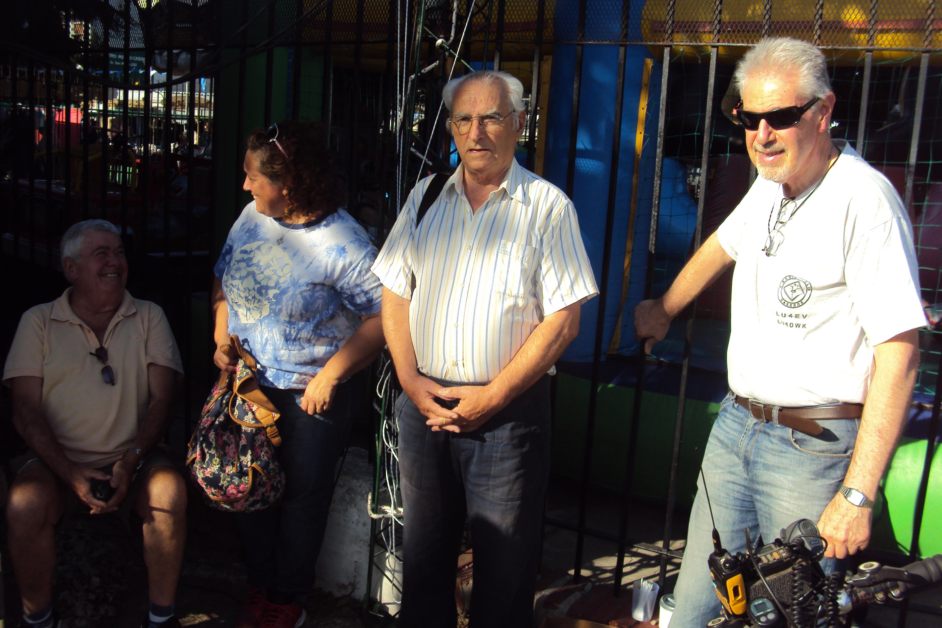 1-4-2017 - LU4EV transmitiendo desde la Plaza de la Unidad Nacional de Caseros - QSL Especial gesta de Malvinas - Juan (lu7djh), Paula (lu8epa), José (lu1dtz) y Julio (lu5dwk).