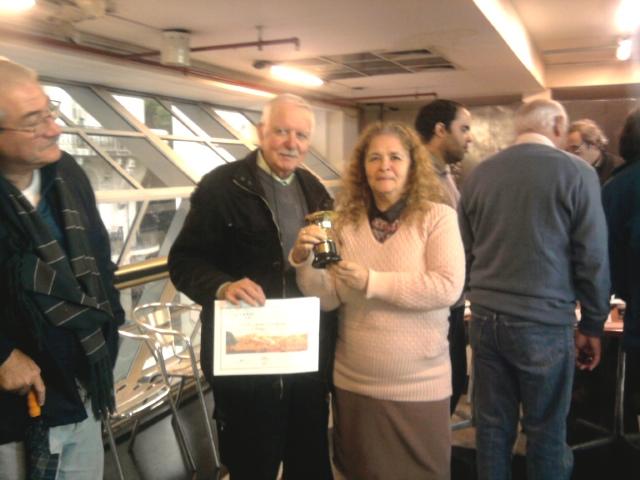 4/6/2016 - Betty (LU2BB) recibe el primer premio Fone Concurso 53º Aniversario correspondiente al RC QRM Belgrano (LU4AAO)
