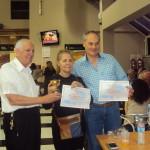 LU2BB Betty y LU2EM Miguel reciben el premio para el RC QRM Belgrano, mejor radioclub clasificado en Fonía.