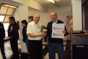 Recibe el Premio y los certificados en nombre de LU4AAO el colega Juan (LU4AGC)
