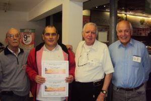 LU1DZ (Gabriel) Recibe su certificado.